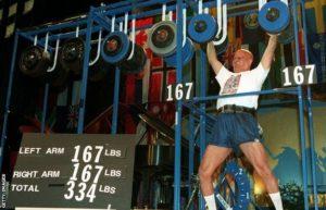 Sri Chinmoy, photographié ici en train de lever le double de son poids à 68 ans