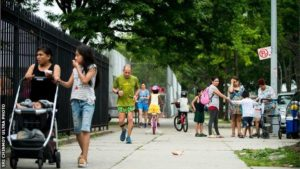 Les coureurs partagent les rues avec la ville et son quotidien