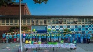 Les volontaires affichent un message – une inspiration pour ceux qui courent