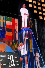 Sri Chinmoy soulève Bill Pearl