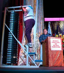 Soulevé de 1090 kilos lors d'une démonstration présentée par Bill Pearl